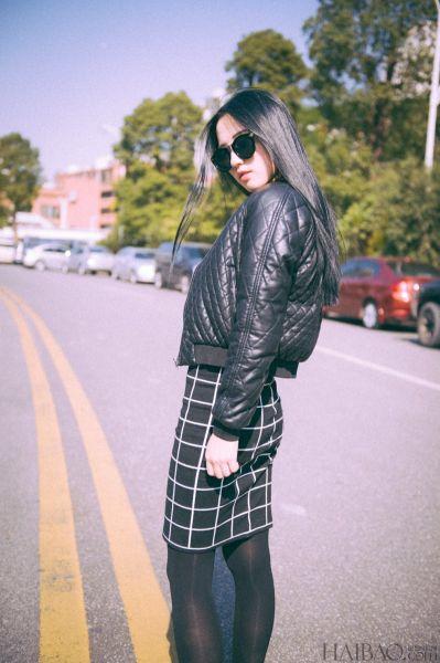 黑白格纹百搭款短裙美女着中性风服饰不失性感