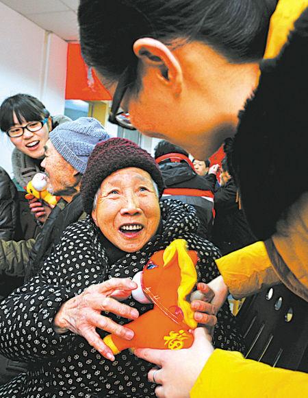 图为今年86岁高龄的夏幽娴老人收到了一份漂亮的马年礼物。
