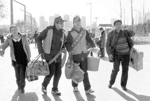 宁波三中学生到火车南站当志愿者