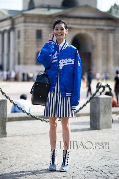 电光蓝色棒球夹克搭配黑白条纹短裙让你轻松有型