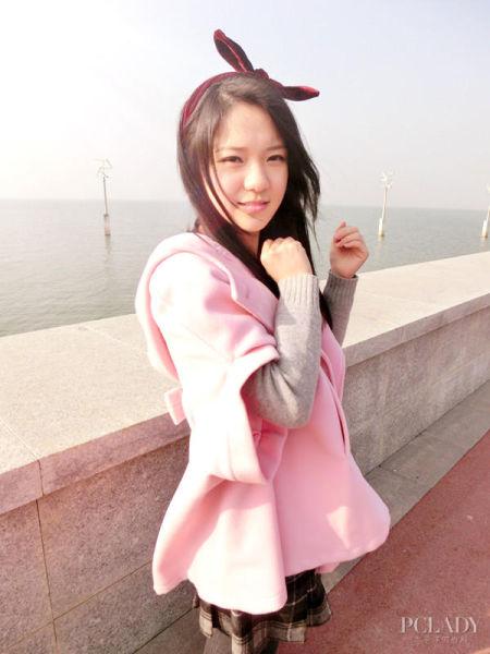 组图:萌妹子穿粉色斗篷衣晒可爱新年装扮