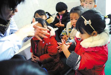 图文:医护人员教导幼儿勤洗手预防流感