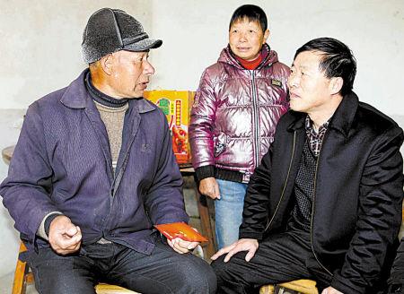奉化地税局副局长给困难村民送红包和年货