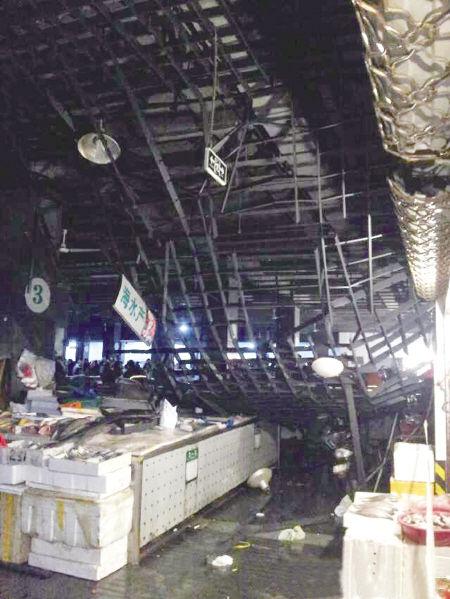 """镇海骆驼菜场昨天清晨吊顶脱落时的情景。网友""""jane未来星""""供图"""