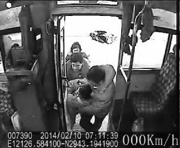 受伤男子被抬到了公交车车厢里。(监控视频截图)
