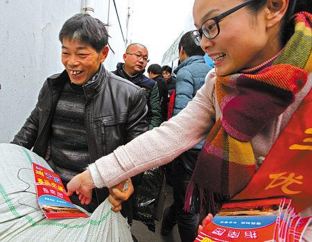 志愿者为旅客分发交通信息指南