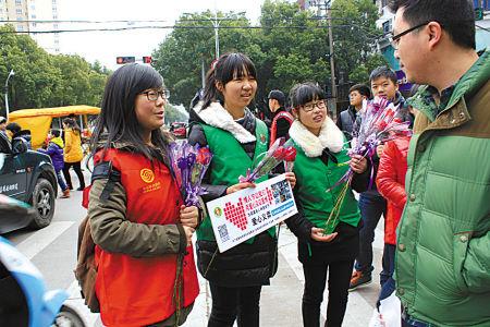 志愿者义卖爱心玫瑰筹善款