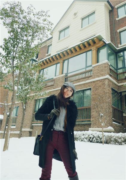 冬日美女走酷帅路线皮草大衣搭配长靴帅气十足