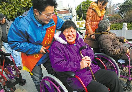 宁波社会福利中心向老年人赠送50辆轮椅