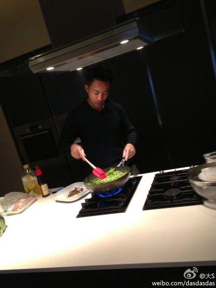 汪小菲[微博]厨房炒菜