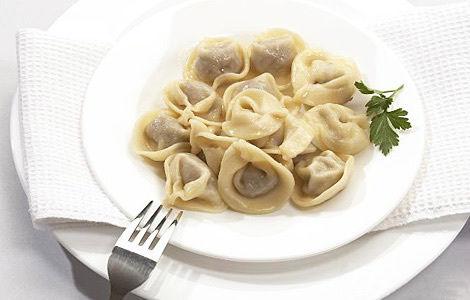 不过,冬奥会组织者认为俄式饺子和罗宋汤对运动员有害,并将其从菜单里剔除,组织者并没有解释为什么认为这两样食物对运动员有害。俄式饺子和中国馄饨差不多大,最传统的饺子馅是由牛肉、猪肉、葱、蒜和黑胡椒组成,煮好并浇上调味酱食用。罗宋汤也称红菜汤,汤里通常有甜菜、土豆、圆白菜、番茄、牛肉等。