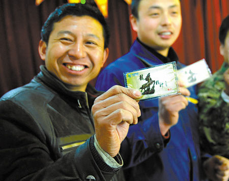 东柳街道向外来务工人员发放亲情卡