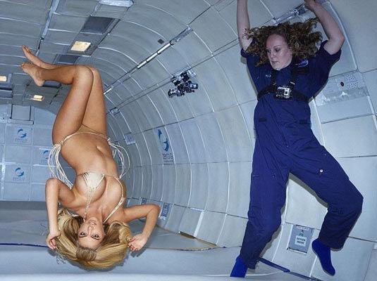 超模机舱内拍失重写真