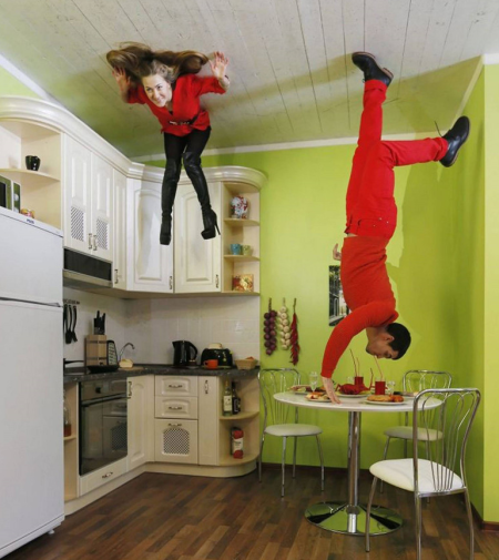 参观者们正在体验失重的感觉。房子里的家具都悬挂在天花板上