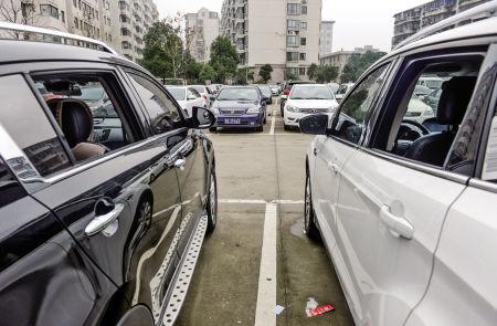 江北雨辰文星小区北面的公共停车场内,被小偷卸了玻璃的车子。
