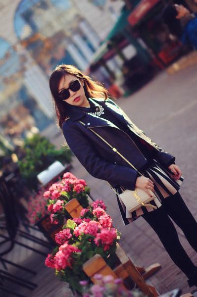 黑白条纹经典色彩和图案交织的短裙耀眼整个春天