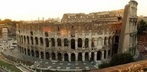 该片主要讲述了一个中年作家漫步在罗马,拾寻逝去的青春记忆。