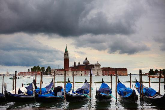 在威尼斯充满恐怖色彩的天空下,贡多拉小船也黯然失色