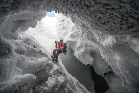 一名科学家攀爬至南极洲埃里伯斯火山附近的洞穴内