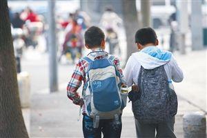 宁波白鹤小学,小学生放学走出校园(资料图片)记者 张培坚 摄