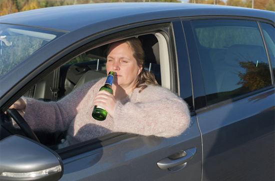 边喝啤酒边开车