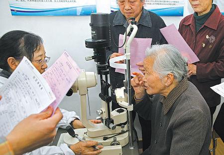 医院为老年人免费提供眼病检查