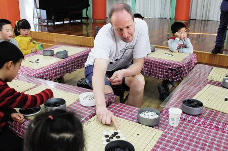 爱沙尼亚五子棋访问团为幼儿园小朋友上课