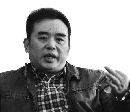 王跃文昨天接受记者采访。(周建平 摄)