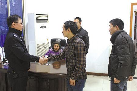 图为陈老太的家人向民警致谢。