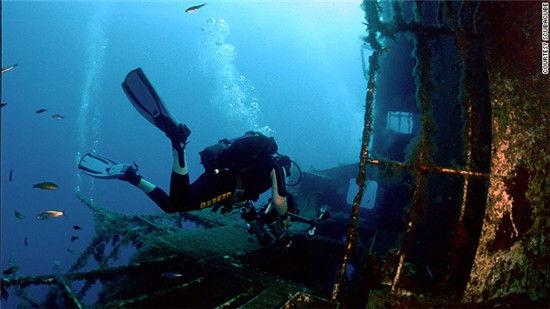畅游20世纪80年代的沉船残骸