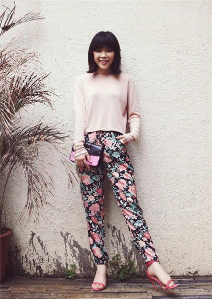 裸粉色的春季穿搭复古花朵雪纺休闲裤显轻松甜美