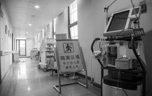 昨天,二院禽流感病房门口,设备都堆放着,隔离牌也放在一边,它们马上就会被收拾走。