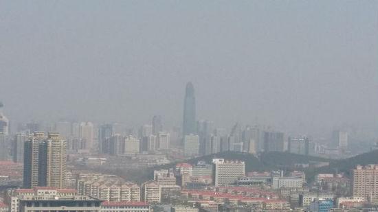 雾霾下的阳具高楼