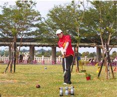 宁波大四学生陈琳琳在练习木球