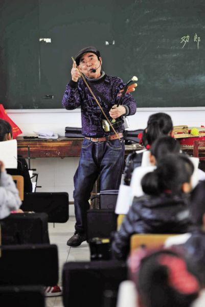 """朱秀定在课堂上教""""唱新闻""""。"""