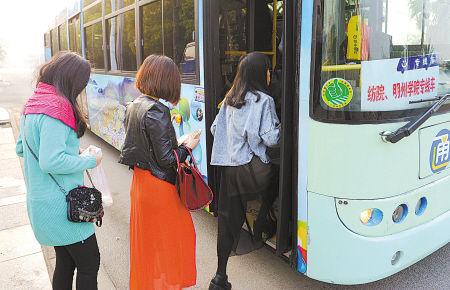 图为昨天上午学生搭乘公交车上学。(王国海 摄)