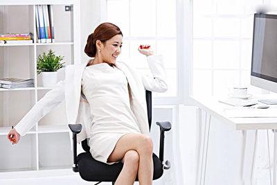 女性久跷二郎腿或加重痛经盘点缓解痛经好方法