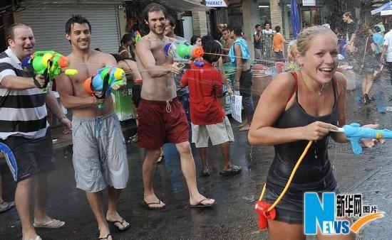 就是要湿身感受泰国泼水节欢乐玩法(组图)