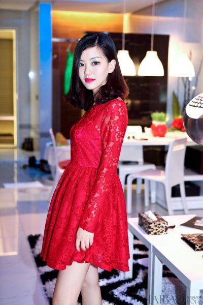 组图:潮人完美示范蕾丝红裙穿出春日别样风情