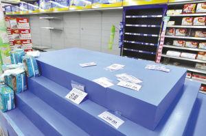 家乐福琴桥店关店前几天,许多商品已经下柜。记者 王增芳 摄