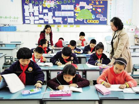 昨天下午4点多,在海曙外国语学校,一些学生在校内托管教室里写作业,值班老师在一旁看管。记者 龚国荣 摄
