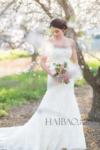户外花园婚纱照拍摄浪漫鱼尾白纱打造气质新娘