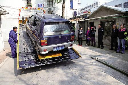 """""""无主车""""被拖走。"""