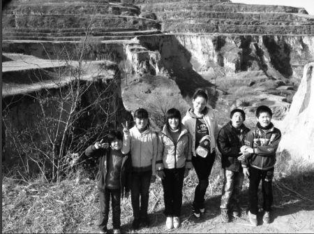 今年春游时,傅巧贤和一些大孩子合影。 通讯员供图