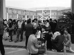进考场面试前家长对孩子进行模拟面试 记者 叶萌茗 摄