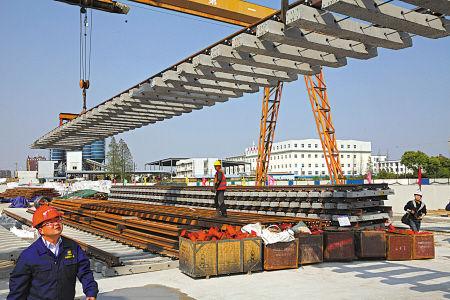 轨道交通2号线一期工程鄞州大道站黄隘出入段线,工人正在吊装轨排。(胡建华 摄)