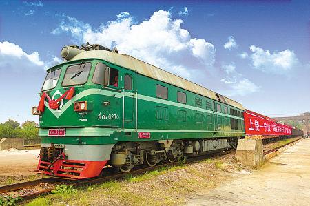 图为首趟天天班列从上饶铁路货运站驶出。 (王川 摄)