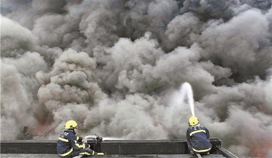 消防队员奋力救火
