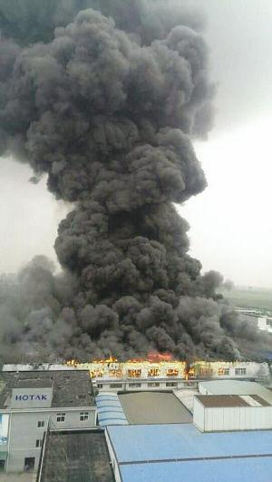 电器厂大火冒黑烟