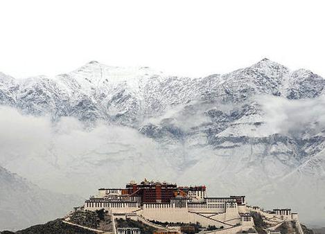 雪山下的布达拉宫